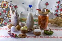 Voedselingrediënten: rode linzen, melk, boter, zout, knoflook, peper en tarweoren op etnische achtergrond Royalty-vrije Stock Afbeeldingen