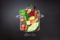 Voedselingrediënten voor het mengen van romige soep op geschilderde stewpan over zwart bord Hoogste mening met exemplaarruimte or royalty-vrije stock fotografie
