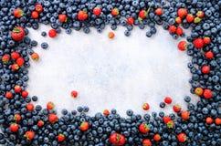 Voedselkader met mengeling van aardbei, bosbes Hoogste mening Veganist en vegetarisch concept De achtergrond van de zomerbessen stock afbeelding