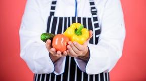Voedselkeuzen vegetariër Rijpe chef-kok met baard Het gezonde voedsel koken Chef-kokmens in hoed Geheim smaakrecept dieting royalty-vrije stock afbeelding