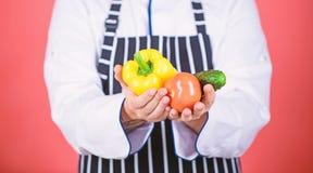 Voedselkeuzen vegetari?r Rijpe chef-kok met baard Het gezonde voedsel koken Chef-kokmens in hoed Geheim smaakrecept dieting stock foto