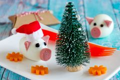 Voedselkunst - eetbaar varken van gekookt ei en worstsymboolnieuwjaar 2019 stock foto