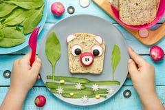 Voedselkunst voor jonge geitjes grappig sandwich gevormd varken stock fotografie