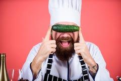 Voedselkwaliteit Chef-kokmens in hoed Geheim smaakrecept Het op dieet zijn en natuurvoeding, vitamine vegetariër Rijpe chef-kok m stock foto