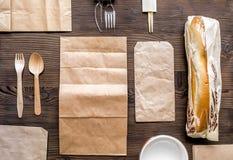 Voedsellevering met document omhoog zakken en spot van de sandwich de hoogste mening Royalty-vrije Stock Afbeelding