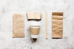 Voedsellevering met document zakken en plastic kop op van de achtergrond steenlijst hoogste meningsmodel royalty-vrije stock foto's