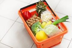 Voedselmand op kruidenierswinkel of supermarktvloer stock afbeeldingen