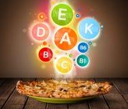 Voedselplaat met heerlijke maaltijd en gezonde vitaminesymbolen Stock Foto's