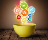 Voedselplaat met heerlijke maaltijd en gezonde vitaminesymbolen Stock Afbeelding
