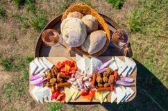 Voedselplaat met het traditionele voedsel van Oost-Europa: uien, brood, Stock Foto's