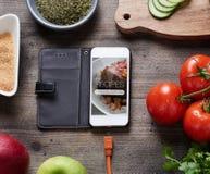 Voedselrecepten op slimme telefoon Stock Afbeelding