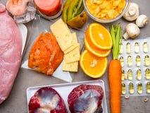 Voedselrijken in vitamine D en pillen stock foto's