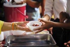 Voedselschenking om honger te verlichten Het concept armoede royalty-vrije stock foto