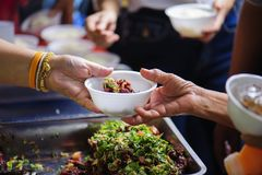 Voedselschenking om honger te verlichten Het concept armoede stock afbeelding