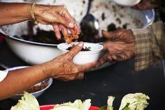 Voedselschenking om mensen in verlichting van de hongersnood te helpen stock foto