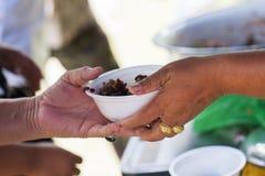 Voedselschenking om mensen in verlichting van de hongersnood te helpen stock foto's