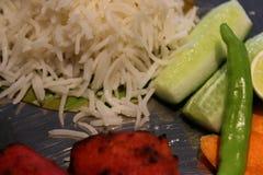 Voedselschotel met rijst, salade, citroen, broodjes, groene Spaanse peper enz. royalty-vrije stock afbeelding