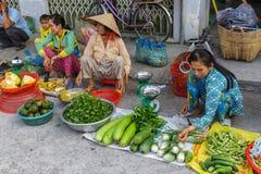 Voedselverkopers bij een Mekong Deltamarkt in Nga-Baai, Vietnam Stock Afbeeldingen