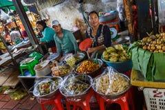 Voedselverkopers in een openluchtmarkt in Kambodja Royalty-vrije Stock Afbeelding