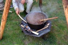 Voedselvoorbereiding in middeleeuws festival stock foto's