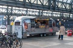 Voedselvrachtwagen bij ingang aan Wandelhalle stock fotografie