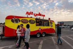 Voedselvrachtwagen die Libanese specialiteiten, Abu Dhabi dienen stock afbeelding