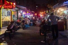 Voedselwinkels in een straat van Shanghai China Stock Foto's