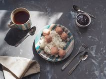 Voedzaam ontbijt met rijst en worsten stock foto