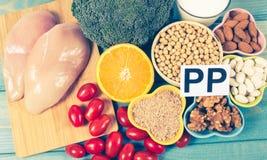 Voedzame ingredi?nten en producten die vitamine B3 pp, niacine en andere natuurlijke mineralen, concept bevatten gezonde levensst royalty-vrije stock afbeelding