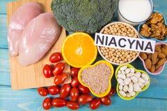 Voedzame ingredi?nten en producten die vitamine B3 pp, niacine en andere natuurlijke mineralen, concept bevatten gezonde levensst stock afbeeldingen