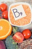 Voedzame producten die vitamine B9 en dieetvezel, gezond voedingsconcept bevatten royalty-vrije stock afbeeldingen