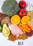 Voedzame producten die vitamine B3 pp, niacine en andere natuurlijke mineralen, concept bevatten gezonde voeding Witte achtergron stock afbeeldingen