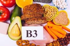 Voedzame producten die vitamine B3 pp, niacine en andere natuurlijke mineralen, concept bevatten gezonde voeding Witte achtergron stock foto