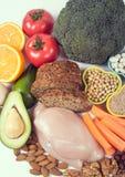 Voedzame producten die vitamine B3 pp, niacine en andere natuurlijke mineralen, concept bevatten gezonde voeding Witte achtergron stock fotografie