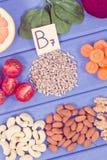 Voedzame verschillende ingredi?nten die vitamine B7, natuurlijke mineralen en vezel, gezonde voeding bevatten stock afbeelding
