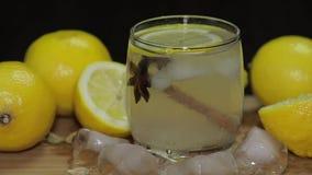 Voeg een plak van citroen aan een cocktail toe stock footage