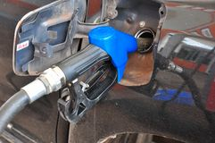 Voeg stookolie aan de auto in de brandstofpomp met toe een automaat selec stock afbeeldingen