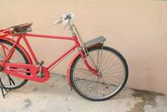 Voegt de fiets rode klassieke wijnoogst in eerstgenoemde met exemplaarruimte voor tekst toe stock foto's