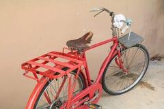 Voegt de fiets rode klassieke wijnoogst in eerstgenoemde met exemplaarruimte voor tekst toe royalty-vrije stock foto
