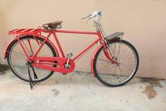 Voegt de fiets rode klassieke wijnoogst in eerstgenoemde met exemplaarruimte voor tekst toe royalty-vrije stock afbeelding
