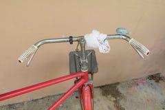 Voegt de fiets rode klassieke wijnoogst in eerstgenoemde met exemplaarruimte voor tekst toe royalty-vrije stock fotografie