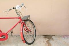 Voegt de fiets rode klassieke wijnoogst in eerstgenoemde met exemplaarruimte voor tekst toe royalty-vrije stock afbeeldingen