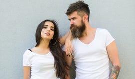 Voel hun stijl Knuffel van paar de witte overhemden elkaar Hangt het Hipster gebaarde en modieuze meisje uit stedelijke romantisc royalty-vrije stock afbeeldingen