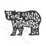 Voel uw wildness het van letters voorzien in beersilhouet Stock Fotografie