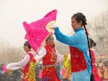 Voer traditionele dans Yangge in de sneeuw uit Stock Fotografie