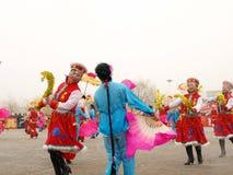 Voer traditionele dans Yangge in de sneeuw uit Royalty-vrije Stock Fotografie