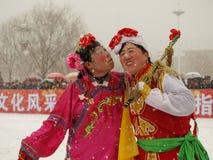Voer traditionele dans Yangge in de sneeuw uit Royalty-vrije Stock Afbeelding