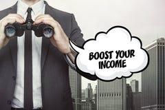 Voer uw inkomenstekst op bord met zakenman op stock afbeelding
