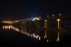 Voerden de brug enorme pijler van brand en de lichte elektrische lichten royalty-vrije stock fotografie
