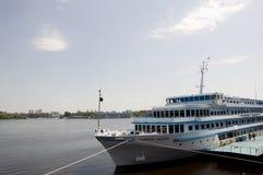 Voering genoemde Algemene Vatutin op de Dnipro-rivier in de stad van Kiev Stock Afbeelding